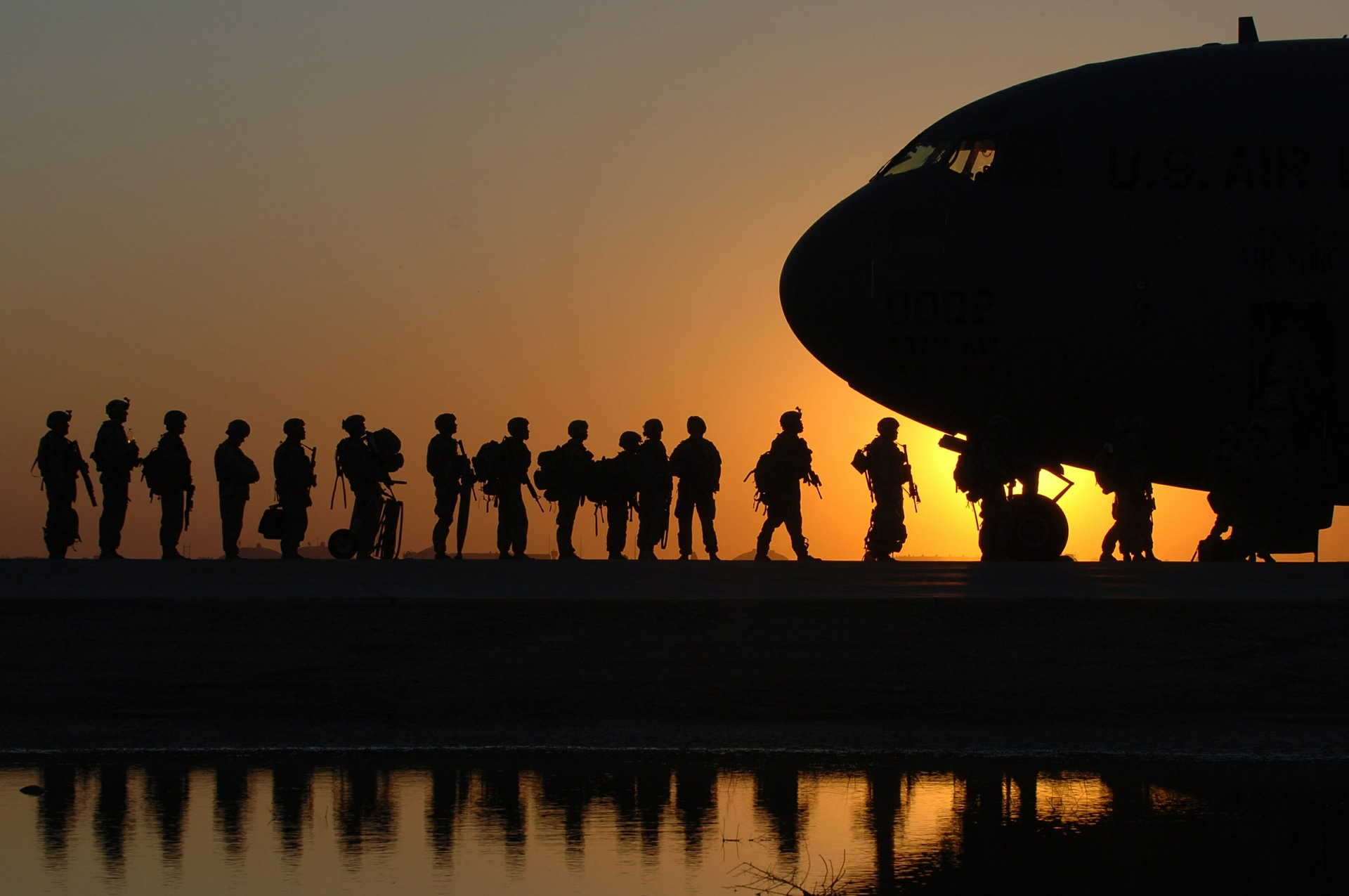 military divorce in florida - image shows military boarding a plane